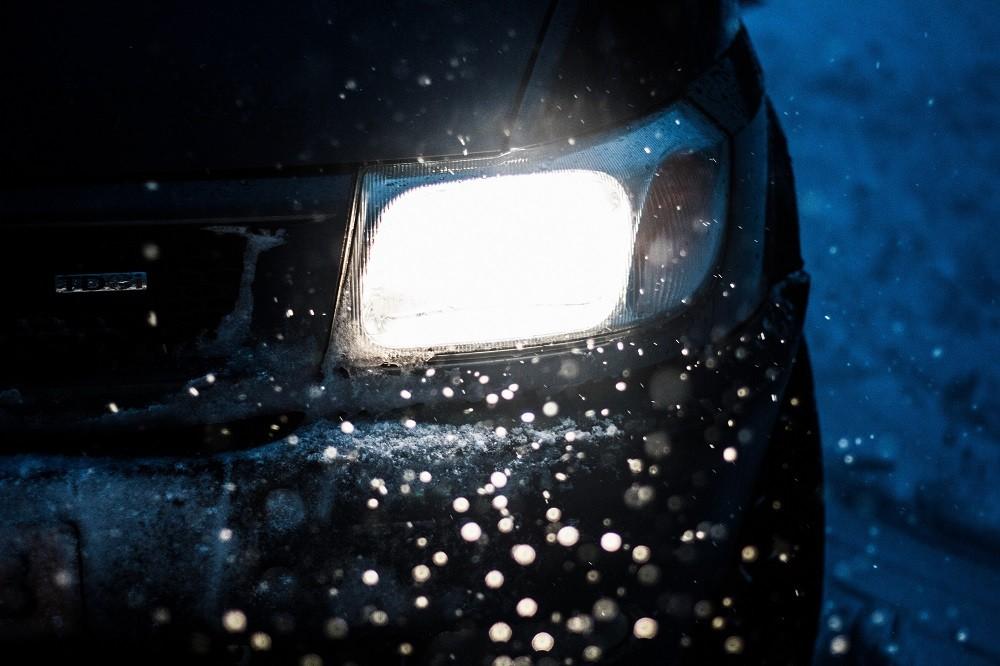 włączone światło w aucie zimą