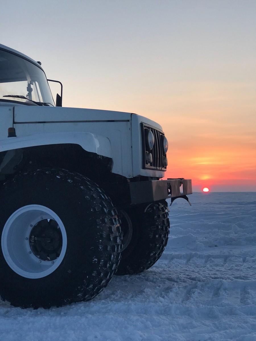 auto z dużymi oponami zimowymi
