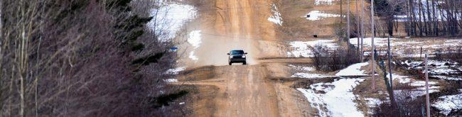 auto jadące zimą na polnej drodze