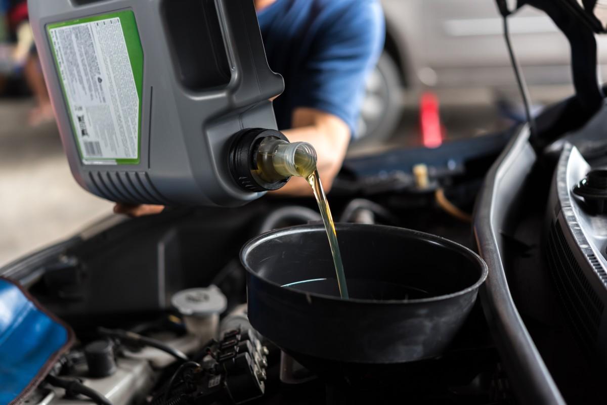 dolewanie oleju